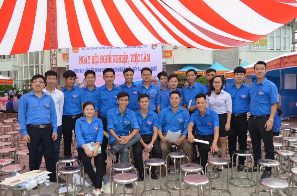 Tư vấn viên ISSHIN chụp ảnh lưu niệm cùng các cán bộ đoàn viên thanh niên Huyên ủy Văn Giang trước khi kết thúc chương trình