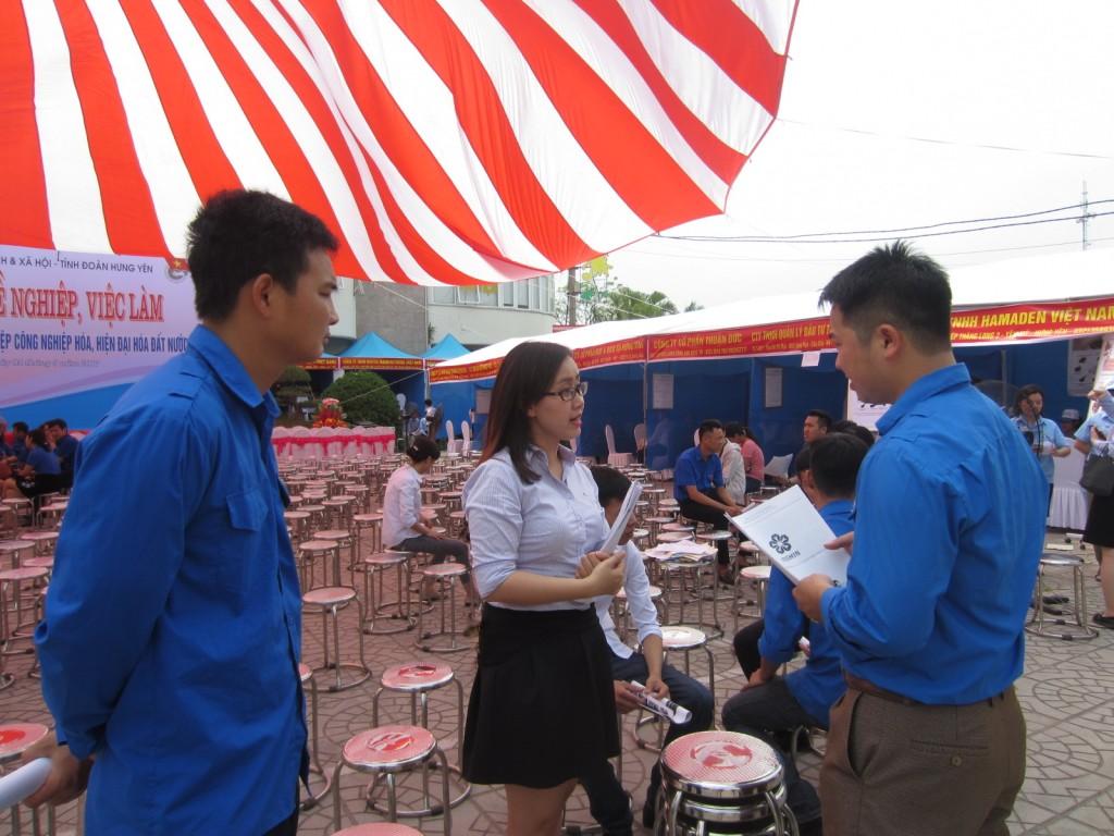 Tư vấn đoàn viên thanh niên thông tin về chương trình Du học học bổng ISSHIN-ASAHI để giới thiệu đến học sinh các trường PTTH trên địa bàn sinh sống