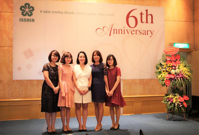 Khách mời danh dự của buổi lễ kỷ niệm - Bà Nguyễn Thị Hương (người thứ 2 từ phải qua)
